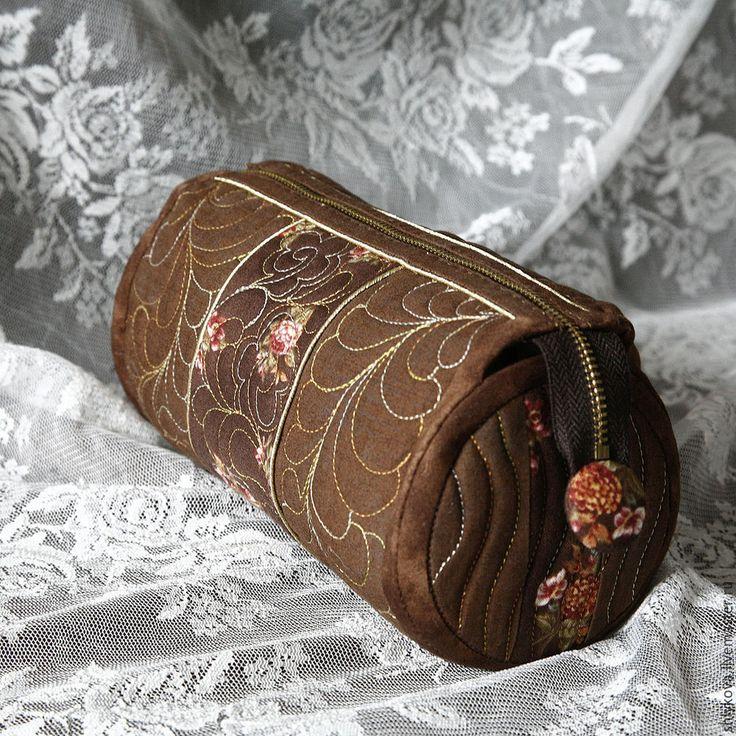 Для мастер-класса понадобятся материалы: - ткани для пэчворка; - наполнитель 150-ка; - японская молния золотая; - нитки; - роликовый нож; - мат; - заглушки для молнии; - сутаж золото. 1. У нас деталь…