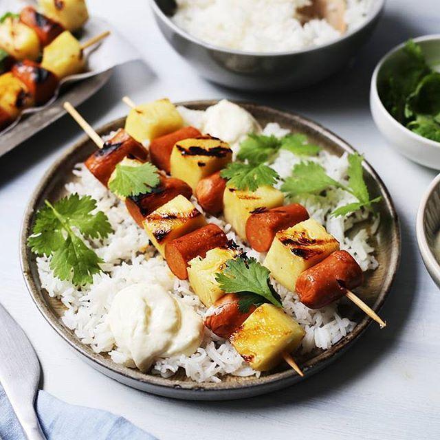 Grill soyachorizo på spyd og miks sammen en hjemmelaget youghurtdressing! Garantert en suksess. 😀 Oppskrift finner du på vår Facebookside (link i bio).☀️#hälsanskök