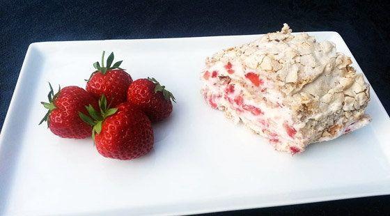 Mandel-Marengs Roulade med Jordbær opskrift
