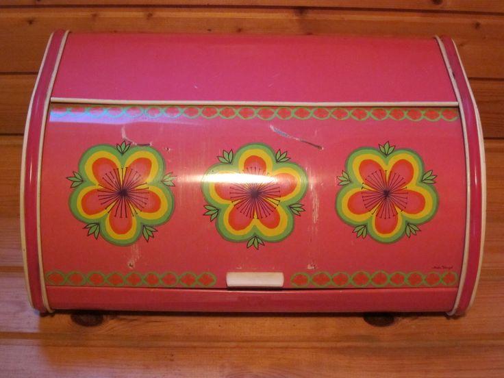Pinkki Anita Wangelin Ira Denmark -leipälaatikko tällä kuviolla. Saa olla käytetty mutta siisti, kuitenkin reunanauhat ja avauskahva oltava.