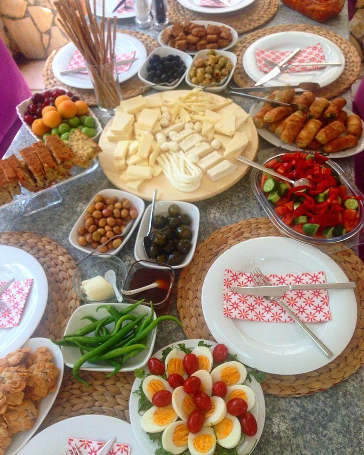 En güzel mutfak paylaşımları için kanalımıza abone olunuz. http://www.kadinika.com Açık havada yemyeşil ağaçların altında muhteşem bir kahvaltı masası  hazırlamış sevgili arkadaşım. bugün bütün kızlar toplandık.dinlenme ve keyif günü   #sabahkahvaltısı #breakfast  #diyet #diyetteyiz#diyetgünlüğü #diyettarifler #diyetkardesligi  #fitfood #fittarifler #fit #paleo #cleaneating #saglikliyasam #sağlıklıbeslenme  #hafifyemeli #foodpics #food #foodsgram  #lezzetrium #yemekdeyemek #healthyfood…