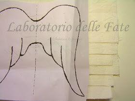 Era dall'anno scorso che volevo provare a fare queste ali.   Da quando mi erano state richieste, però fatte con piume vere.....