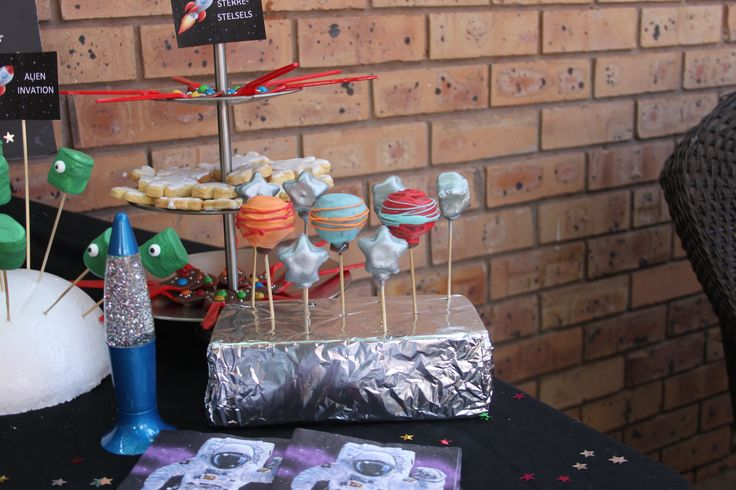 Space/Rocket Ship/Astronaut Party. Cake Pops as planets. Together with star shaped cake pops they looked very spacy.