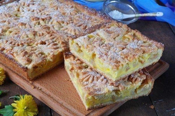 Krehký koláčik s plnkou zo smotany a jabĺk..