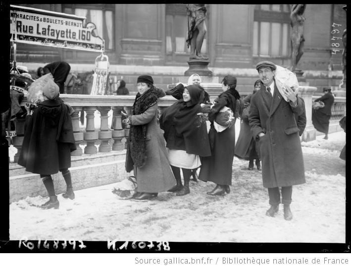 Vente de charbon à l'Opéra en 1917 [Paris] : [photographie de presse] / [Agence Rol]