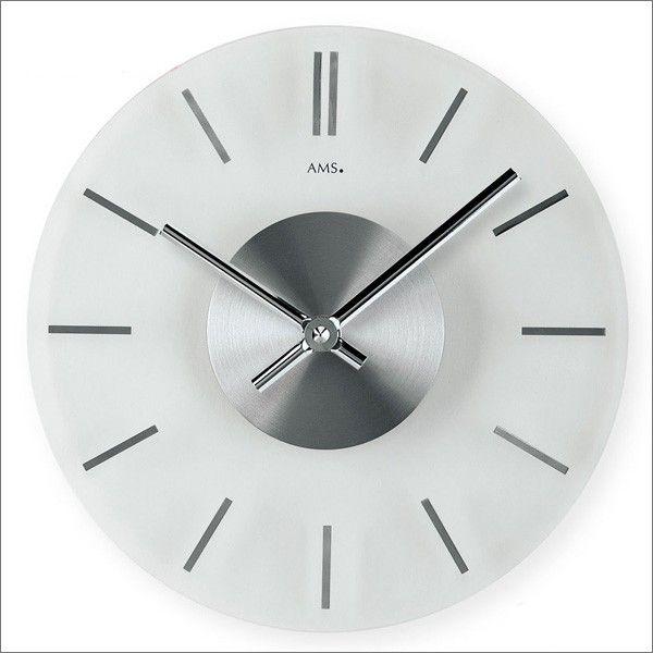 AMS Wandklok 9318. Deze mooie design wandklok heeft een diameter va 30 cm en is slechts 4 cm dik. De chroomgekleurde wijzerplaat wordt afgedekt door een helder transparant glas. Het uurwerk functioneert op een batterij.