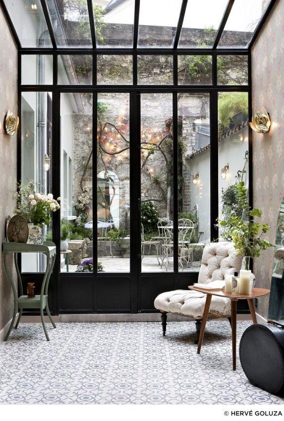 Patio avec un charme fou . Verrière, nature, terrasse carreaux de ciment tout y est ! #hotelhenriette #courtyard #patio #carreauxciment