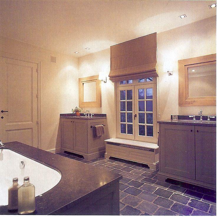 Landelijke badkamer.Leuk idee voor nieuwe badkamer;aan beide kanten van het raam een wastafel!