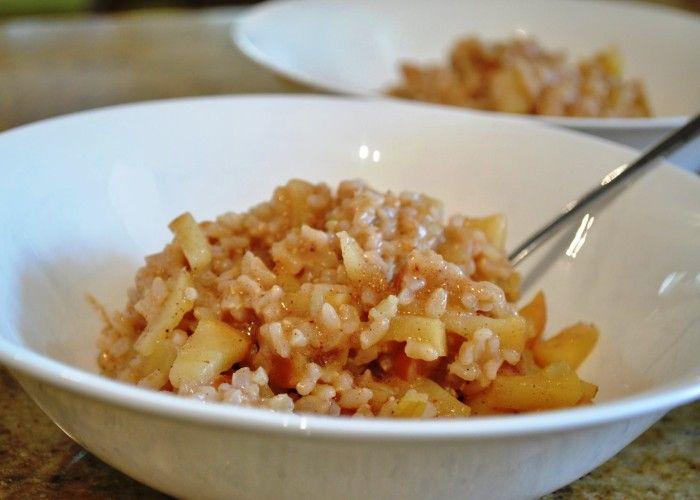 Il risotto alle mele si realizza sbucciando le mele privandole del torsolo e tagliandole a dadini per poi cuocerle con il riso insaporito da vino aglio e cipolla, al termine si aggiungeranno panna e parmigiano grattugiato. Ecco i passaggi per il risotto alle mele.