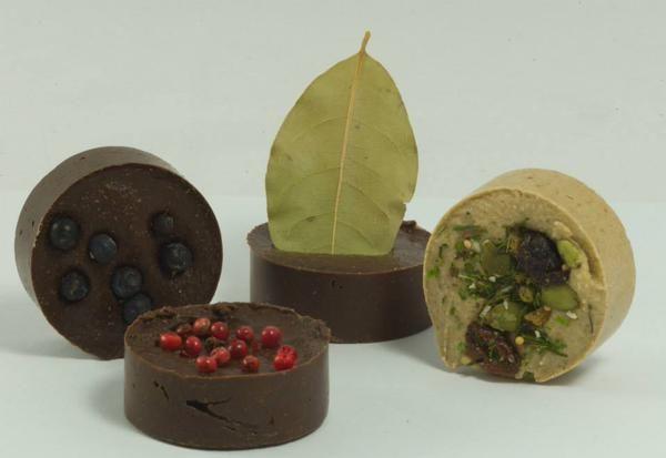 Nu eens geen bonbon van chocolade, maar speciaal ontwikkeld door een ambachtelijke slager voor de keuken. De #Keukenbonbon is er diverse variëteiten zoals de Hacheebonbon, een Wildbonbon, een Visbonbon en een Goulashbonbon. Je kunt er gerechten heerlijk en eenvoudig mee op smaak brengen. Een leuk #culinair cadeautje!