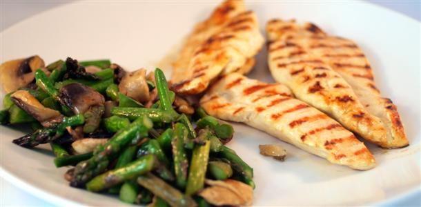 Pechugas de pollo a la plancha con champiñones y espárragos verdes  http://www.laencimeraazul.com/recetas-por-orden-de-menu/recetas-de-segundos-platos/pechugas-de-pollo-a-la-parrilla-con-champinones-y-esparragos-verdes/