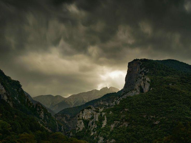 Monte Olimpo  El monte Olimpo tiene más de una cumbre. El accidentado pico Mitikas –aquí, iluminado por un rayo durante una tormenta– es el más alto de Grecia y, según los antiguos griegos, la morada de los principales dioses de su panteón, presidido por Zeus, el dios tonante.