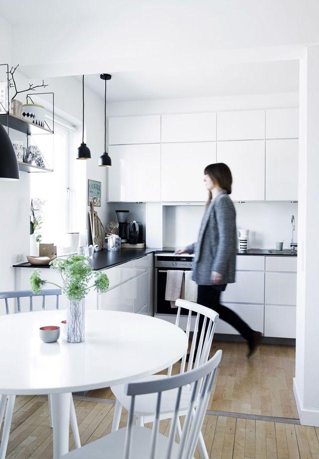Cucina bianca, top nero, parquet miele