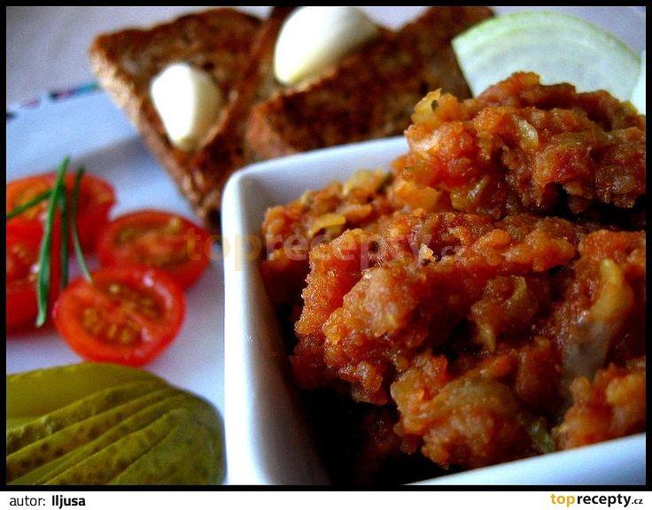 Vařené brambory po oloupání nastrouháme, přidáme sůl, pepř, kmín, pálivou papriku, nadrobno nakrájenou cibuli a okurky, prolisovaný česnek,...