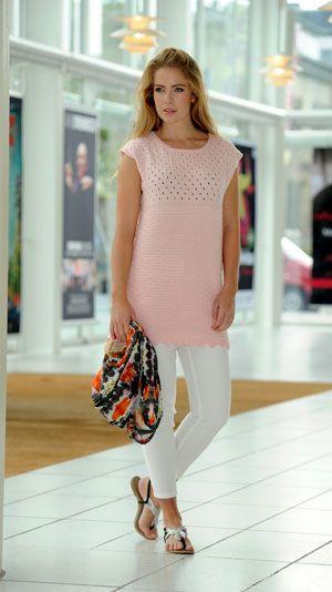 En tunika er en blanding mellem en kjole og bluse og er perfekt til sommeren. Denne strikket tunika har et fint hulmønster foroven og siksakbort forneden.