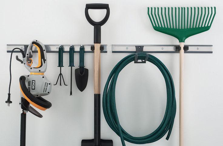 Seinälle kiinnitettävään säilytyslistaan voi hankkia useanlaisia säilytyskoukkuja ja varaston, autotallin tai harrastetilan suuretkin työkalut pysyvät hyvässä järjestyksessä. - Storage list and different kinds of hooks keep even big tools in order in garage or warehouse.