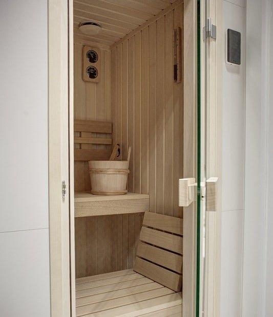 Aranżacja wnętrza łazienki z wykorzystaniem drewna. Drewniana sauna w mieszkaniu jako element łazienki.