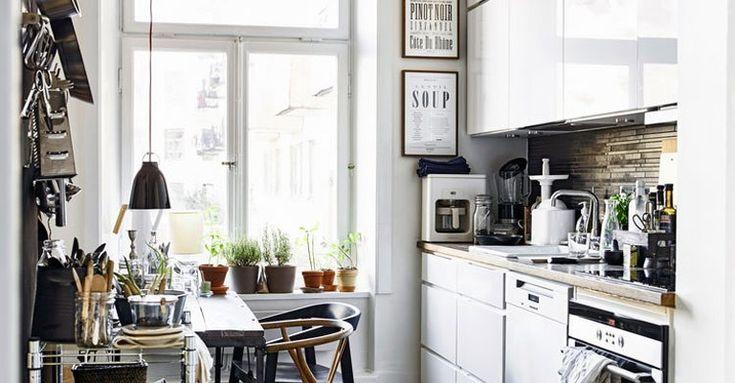 Att laga mat och umgås är något av det trevligaste man kan ägna sig åt. Att leta efter kastruller i mörka skåp är mindre kul. HITTA! DEL 2 är den andra delen i vår bokserie om hem och förvaring. En ny bok som gör det lättare att just hitta, och inspirerar med smarta lösningar för hemmet.