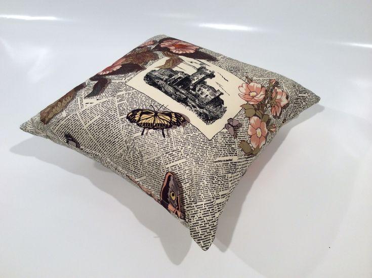 """Cuscino arredo realizzato con tessuto in rasatello di cotone dalla splendida stampa a 11 colori raffigurante il motivo """"Ultime Notizie"""". Il cuscino è sfoderabile e contiene una morbida imbottitura in fiocco di poliestere.  L'oggetto è ideale come com"""