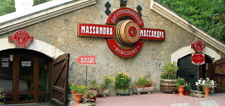 Дегустационный комплекс «#Массандра»   Дегустационный комплекс «Массандра» – это увлекательное путешествие в галерею с энотекой коллекционных вин. Коллекция вин «Массандры» на сегодняшний день не имеет аналогов в мире. В 1988 году она занесена в Книгу рекордов Гиннеса не только из-за многочисленности хранимых образцов, но и за их уникальность. История массандровской винотеки началась в 1894 году, когда под руководством князя Льва Голицына началось строительство крупнейшего в России завода…