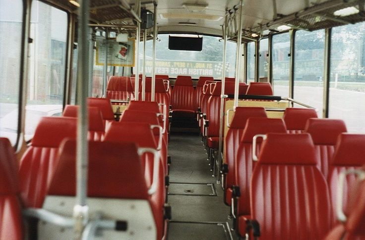 Bus interieur. De buitenkant was knalgeel met met een blauw bordje