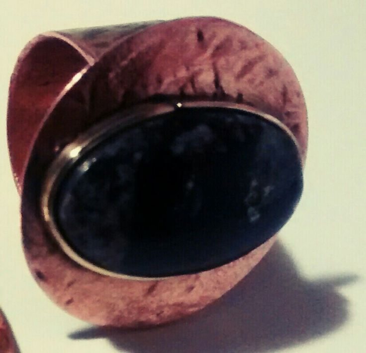 Anillo de cobre enlacado, con engaste de bronce gema de turmalina  negra aliada a roca porfidica y pirita. Exclusivo $ 25000.