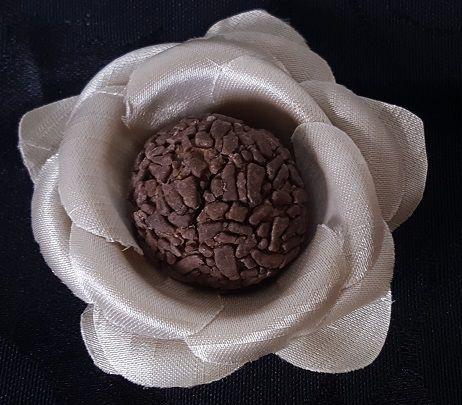Forminha de tecido Shantung, bege Claro, camélia boleada.