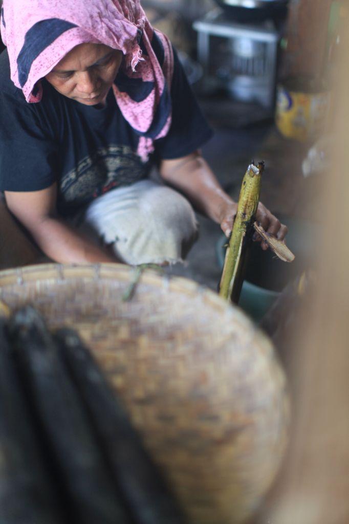 Ibu Johan mengupas Nasi Bambu yang Sudah di bakar