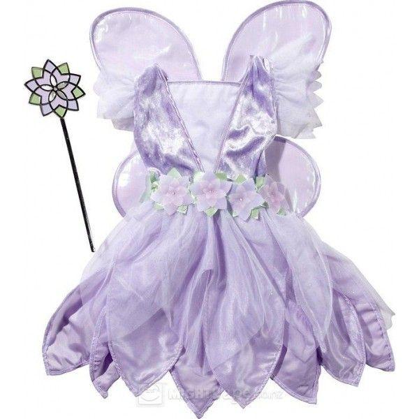 Un magico set da fata con un abitino scintillante, un corpetto vellutato, una cintura a fiori e un impreziosita gonna di tulle a petalo.
