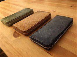 Ručně vyráběná peněženka z listů  Damarovníku obrovského, neboli šálového stromu od  britské firmy Thamon London.