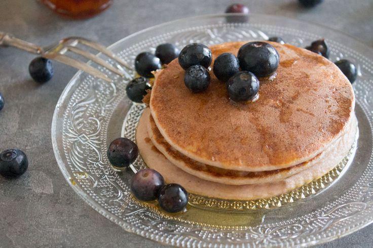 Pancakes Proteici Senza Glutine preparati con soli Tre Ingredienti: Albume d'uovo, farina d'Avena e Yogurt Greco. Per una Colazione Sana e Nutriente!