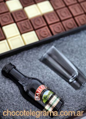 Detalle de Caja Premium Baileys. Estuche de madera revestido en cuero ecológico + Mensaje de 70 chocolatitos + 2 Baileys miniatura y 2 copitas de vidrio para el Brindis de Aniversario.