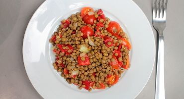 Jednoduchý čočkový salát s rajčetem a paprikou