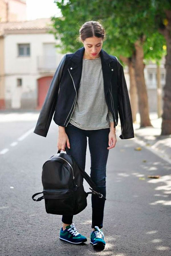 Street style look com mochila de couro preta e jaqeuta de couro com listras