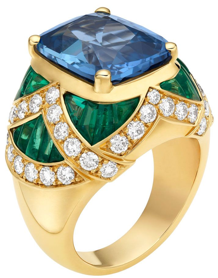 High Jewellery ring in yellow gold with 1 cushion shaped sapphire (10,30 ct), 26 cabochon cut emeralds (3,50 ct) and pavé diamonds (1,53 ct). Photo © Bulgari Archives