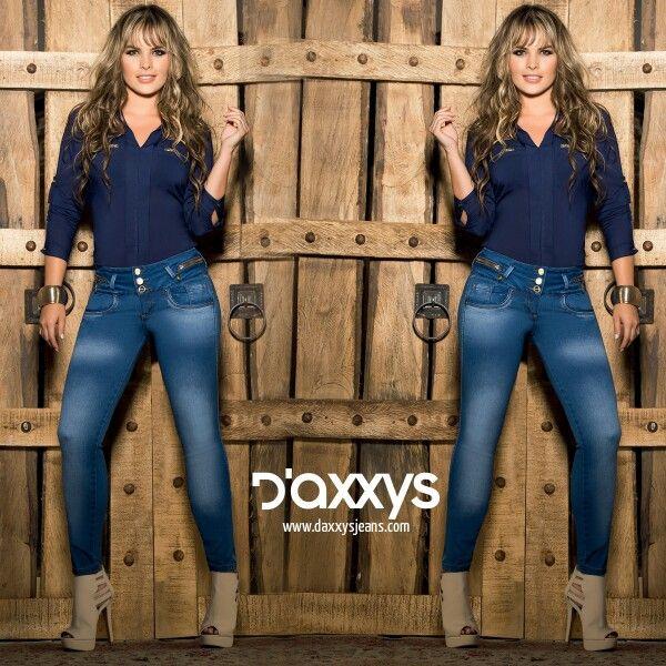 Nuestro Jean Sheila con detalles en desgaste y tiro alto combinan la seriedad con la modernidad de un outfit vanguardista. #DaxxysRomanticFall