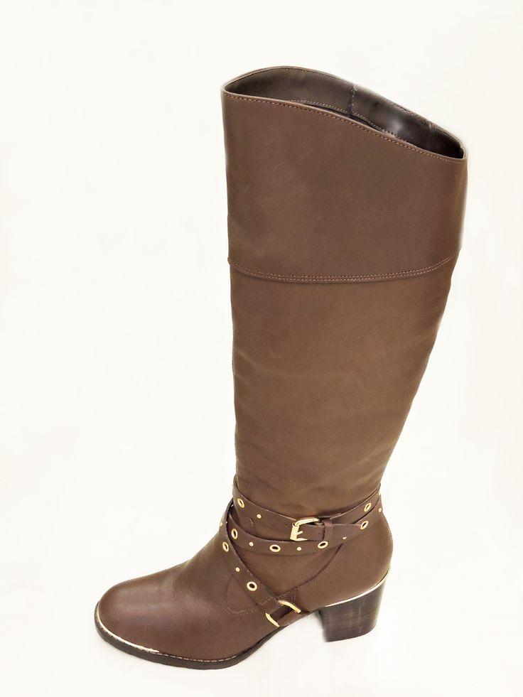 As botas Over The Knee também fazem sucesso nos tons de marrom. Encontra a sua na Happy Walk por R$369,90.