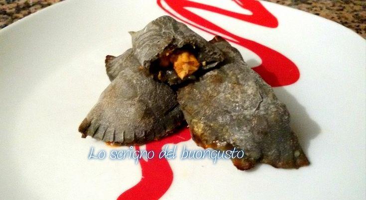 RAVIOLI NERI DI PIZZA CON COZZE    CLICCA QUI PER LA RICETTA  http://loscrignodelbuongusto.altervista.org/ravioli-neri-di-pizza-con-cozze/ #ravioli #pizza #carbonevegetale #cozze #calzoni #fingerfood #cuoreitaliano #cucinaitaliana #Food #cucinoio #solocosebuone