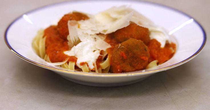 'Spaghetti meatballs' is een fel gesmaakte klassieker. De gehaktballetjes kunnen makkelijk vervangen worden door een geslaagd vegetarisch alternatief. In dit recept worden ze vervangen door een variant van geweekte en fijngemalen kikkererwten met verse groene kruiden. De balletjes verdwijnen eerst in de hete olie voor een bakbeurt en vervolgens in een pittige tomatensaus. Serveer het gerecht met pasta naar keuze, zoals tagliatelle.