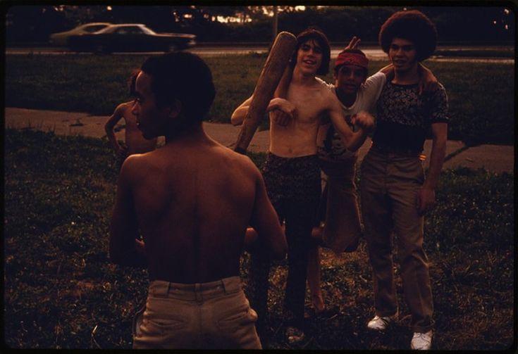 Ragazzi portoricani giocano a softball al parco Hiland di Brooklyn, 1974  (Danny Lyon / NARA)