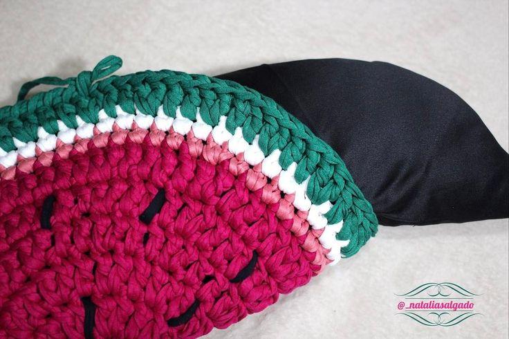 Dando uma relembrada! Quando faço almofadas eu faço um enchimento pra elas com fibra acrílica no formato da almofada.  #dica #dicanataliasalgado #fiodemalhaecologico #feitoamão #crochet #craft #artesanatomineiro #façavocêmesmo #fiodemalha #nataliasalgado #mimosnataliasalgado