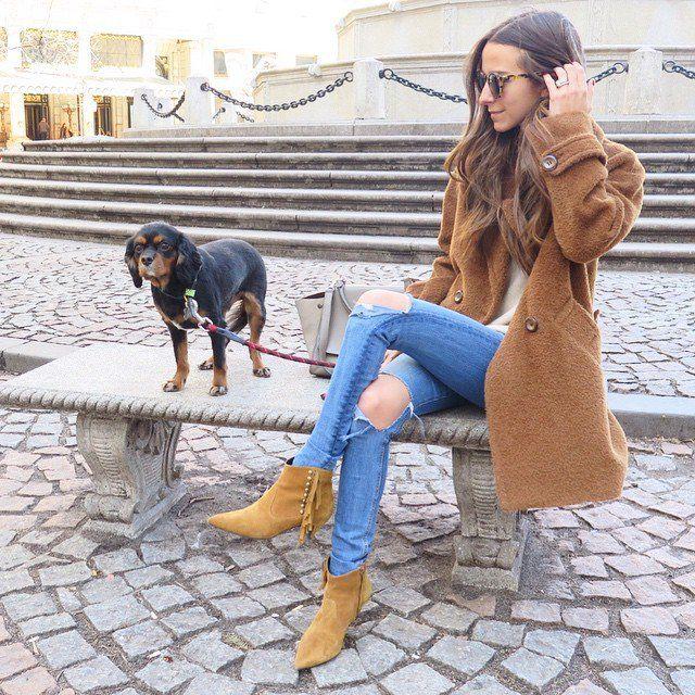 Pin for Later: Voilà le Manteau Que Toutes les Fashionistas Ont Dans Leurs Armoires Avec un Jean Troué et des Bottines Cow Boy