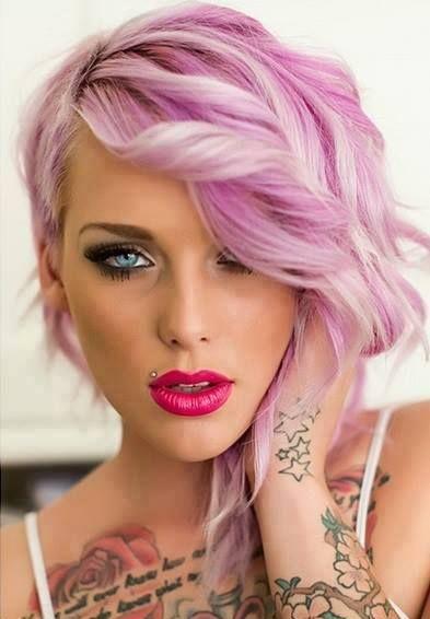Cette jeune femme à l'allure plutôt rebelle affiche tout de même son côté féminin grâce à cette superbe coloration aux diverses nuances de rose, qui font d'ailleurs ressortir ses yeux bleus. Le coiffeur a aussi réalisé de belles ondulations dans les longueurs, particulièrement dans les cheveux du devant.