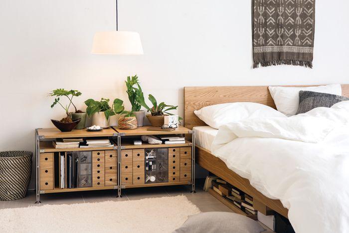 リビング・寝室で使う - Unit Shelf | Compact Life | 無印良品 ユニットシェルフの魅力は優れた汎用性。 サイズや別売のパーツとの組み合わせ方を考えれば、応用範囲が広がります。 設置場所や使用目的に合わせたかたちをご紹介します。 寝室で使う ユニットシェルフを使って、ベッドまわりの小物を一箇所に。高さ調整金具で棚板の位置を変えれば、アクリルやMDF の小物収納と高さがぴったりそろいます。