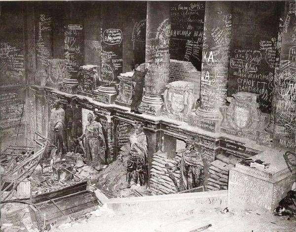 Berlin 1945. L'escalier d'accès au Reichtag. Les murs sont couverts de graffitis en cyrillique laissés par les soldats russes. le bâtiment, en ruines depuis sont incendie et fortifié, sera l'un des derniers points de résistance allemande lots de la bataille de Berlin. (Eclairage de Patrick Fleuridas)