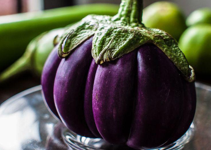 Kan je echt krankzinnig worden van aubergine? http://www.dolcevia.com/nl/italie-culinair/tips/2699-aubergine-de-gekke-appel-in-de-keuken