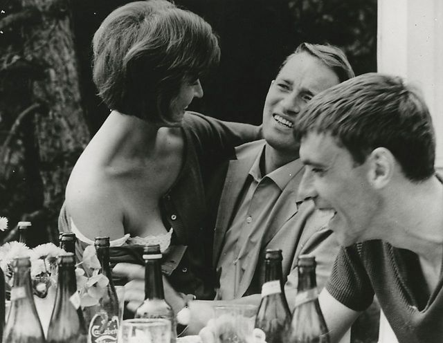 Weekend (Palle Kjærulff-Schmidt, DK, 1962) Two or three couples go to a cabin in the beach to spend their weekend. They are looking for something new - trying to break out from the straitjacket of their personalities and reach an enhanced pleasure. http://www.dfi.dk/faktaomfilm/film/da/7844.aspx?id=7844