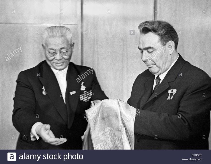 Moscow. General Secretary of the CPSU Leonid Brezhnev R awards Chairman of the Great People's Khural presidium of Mongolia Jamsrangiin Sambuu L wi the Order of Sukhe-Bator.