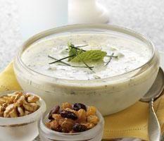 Cómo hacer Salsa de yogur. En un vaso de toormix agregamos, el diente de ajo, unas hojas de perejil, la hoja de albahaca fresca, el yogur griego,. Agregamos una