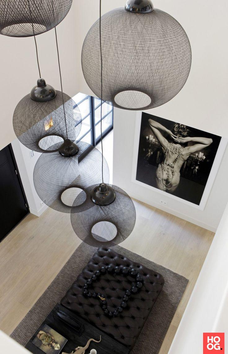 woonkamer met design verlichting | Villa Bilthoven - Grand & Johnson | lighting fixtures | design verlichting | design lamp | design accessories | Hoog.design